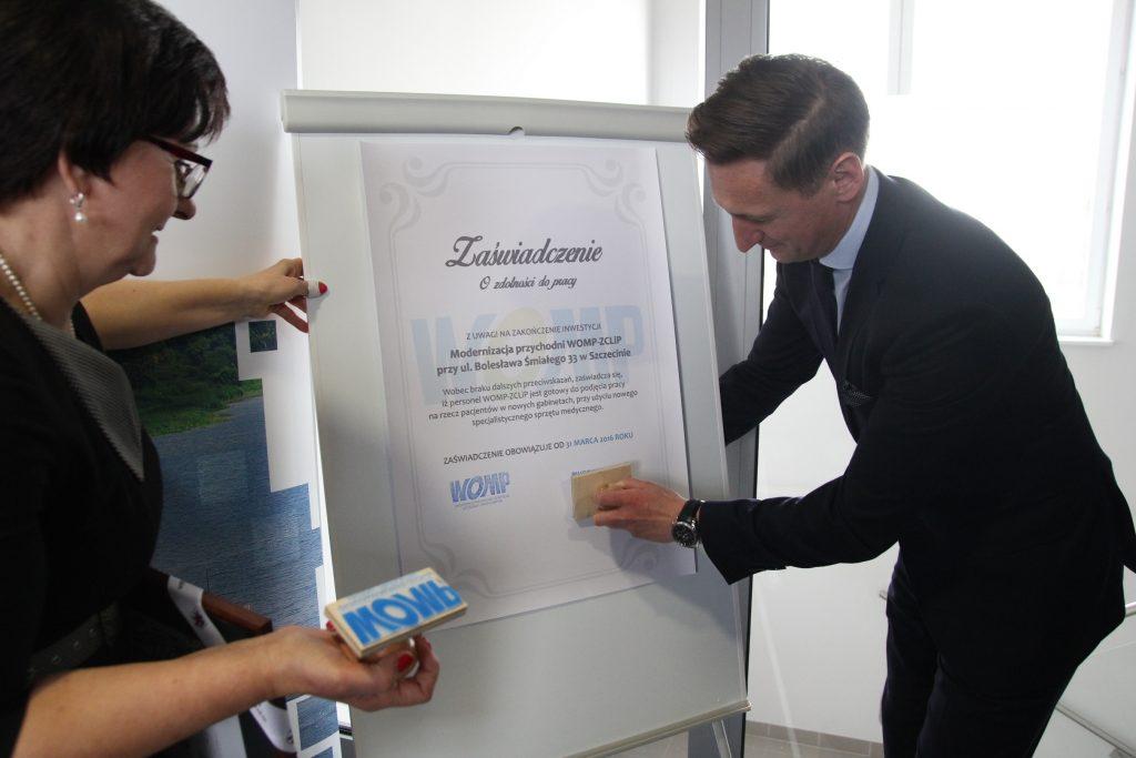 Marszałek Województwa Zachodniopomorskiego, pan Olgierd Geblewicz pieczętuje Zaświadczenie o zdolności do pracy