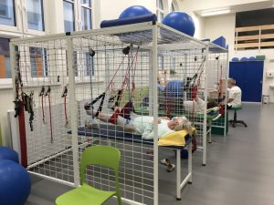 Sala gimnastyczna wraz z niezbędnym dla ćwiczeń rehabilitacyjnych sprzętem